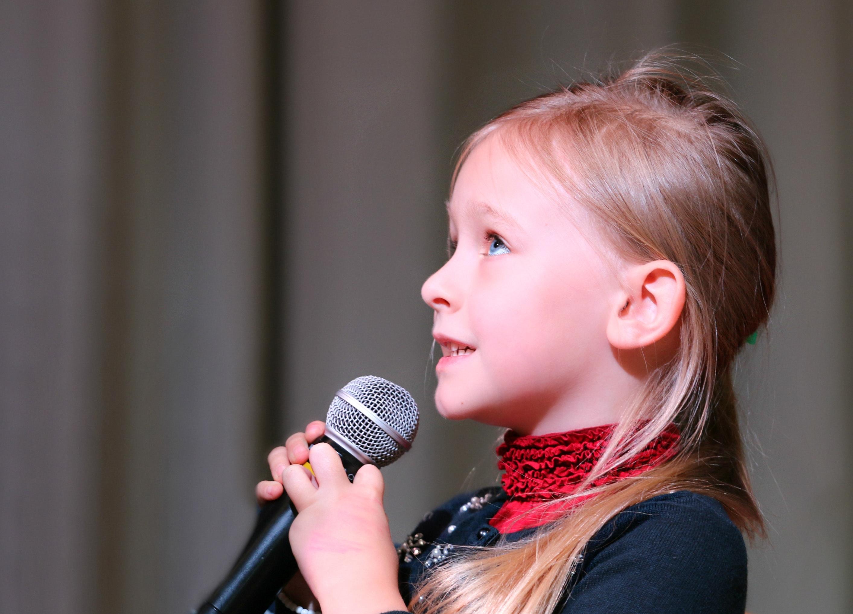Sjungande flicka med mikrofon